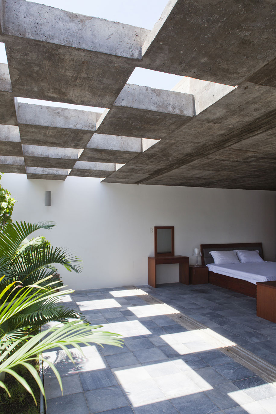 52156a65e8e44e9a45000061_binh-thanh-house-vo-trong-nghia-architects-sanuki-nishizawa-architects_pic14-5f-bedroom