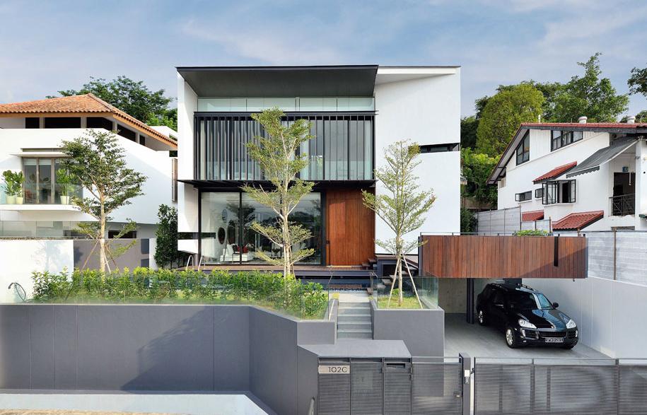 Inside a house with and atrium habitus living for Residential atrium